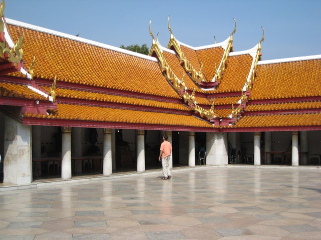 courtyard of the Marble Temple (Wat Benjamabopit)